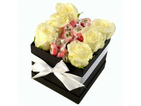Krabička bílých růží s bonbóny Mr.& Mrs. 12x12x11 cm