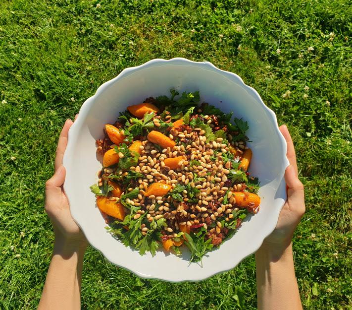 Rýžový salát s mrkví a piniovými oříšky