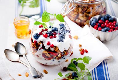 Granola s jogurtem a lesními plody