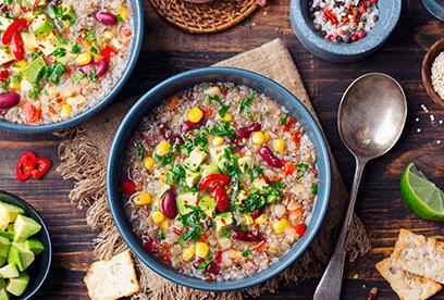 Jihoamerická polévka z quinoou, fazolemi a avokádem
