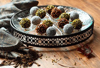 Nepečené čokoládové pop koláčky s vlašáky, pistáciemi a kokosem