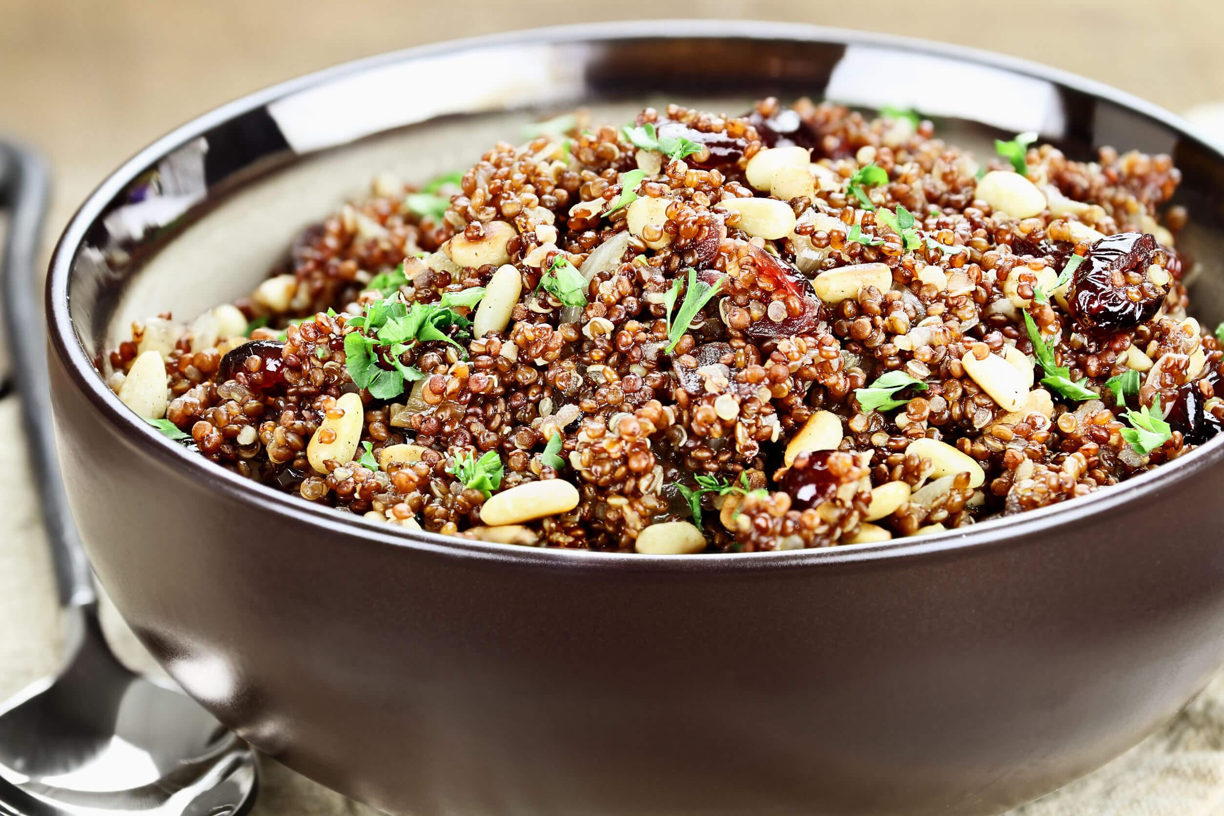 Pilaf z quinoi spiniovými oříšky, brusinkami a petřželkou