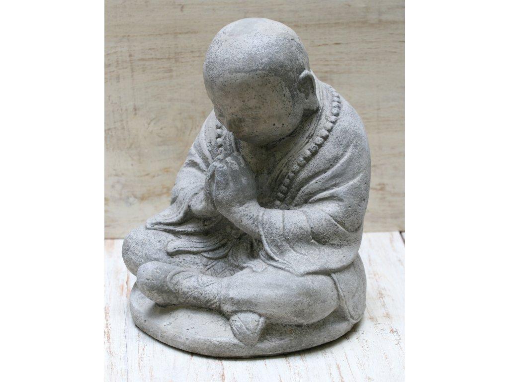 Socha mnich Shaolin monk s korálky Mala 20cm patina grey