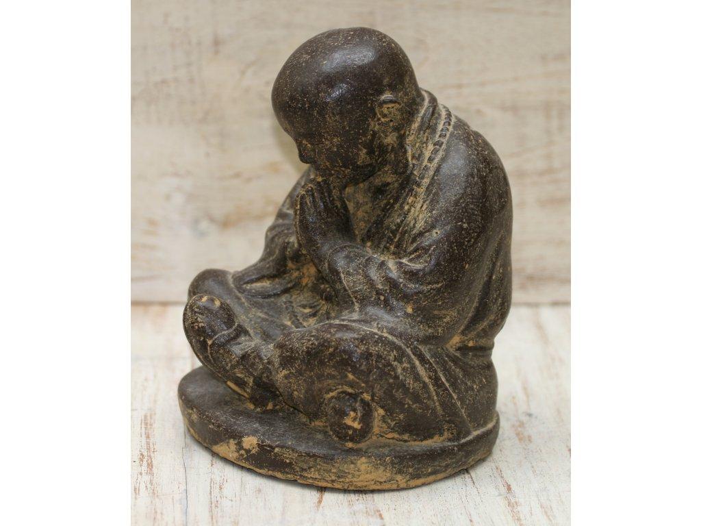 Socha mnich Shaolin monk s korálky Mala 30cm patina BY