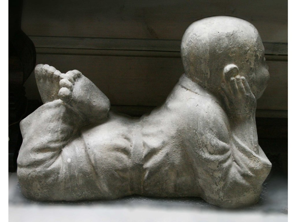 Socha mnich Shaolin monk ležící 50x40x30cm - patina grey