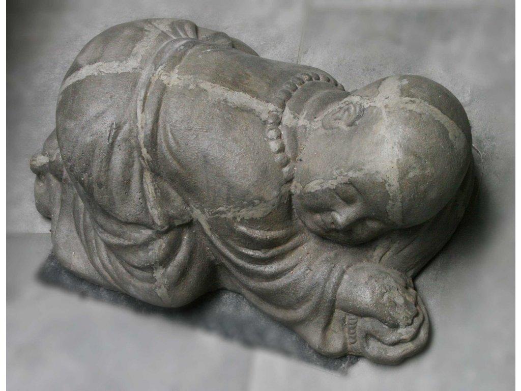 Socha mnich Shaolin monk s korálky Mala ležící 45x30x21cm - patina grey