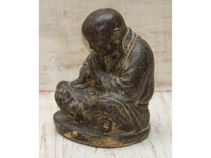 Socha mnich Shaolin monk s korálky Mala 20cm - patina BY