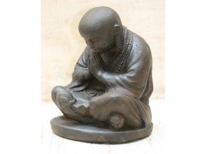 Socha mnich Shaolin monk s korálky Mala 20cm - patina DB