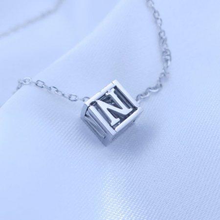 Přívěsek písmenko v kostičce z chirurgické oceli Písmeno: N