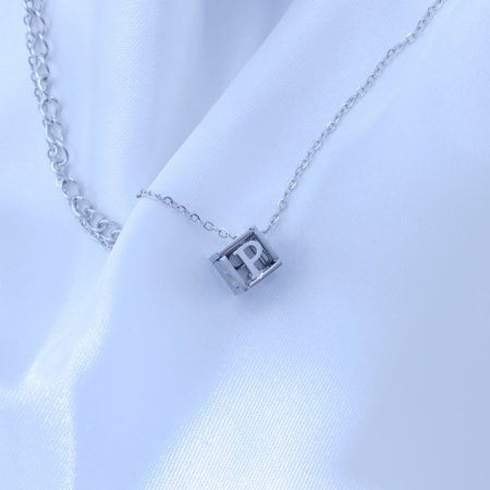 Přívěsek písmenko v kostičce z chirurgické oceli Písmeno: P