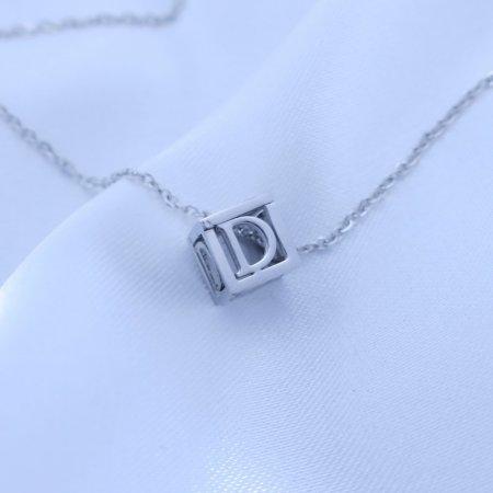 Přívěsek písmenko v kostičce z chirurgické oceli Písmeno: D