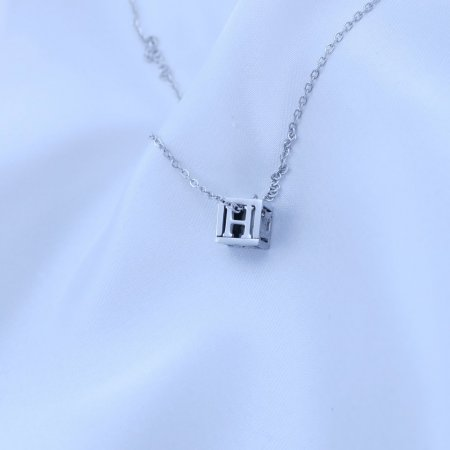 Přívěsek písmenko v kostičce z chirurgické oceli Písmeno: H