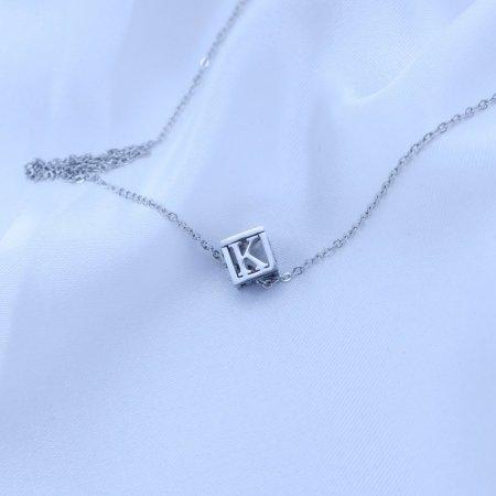 Přívěsek písmenko v kostičce z chirurgické oceli Písmeno: K