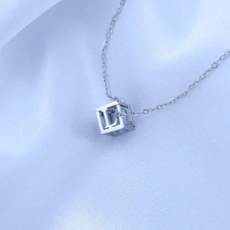 Přívěsek písmenko v kostičce z chirurgické oceli Písmeno: L