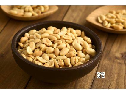jé další miska s arašídy, tentokrát se slanými