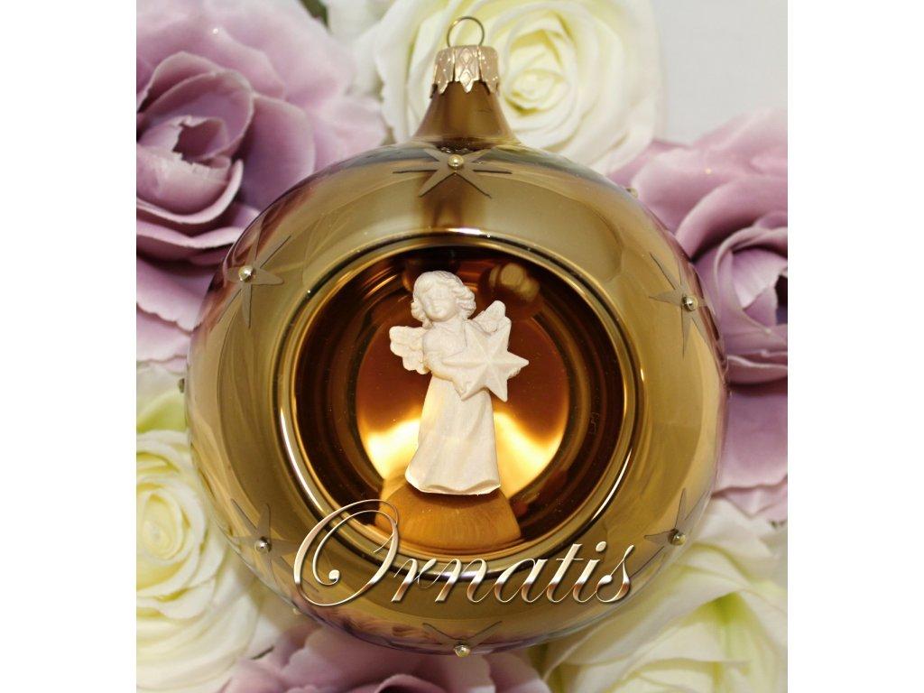 skleněná vánoční ručně malovaná ozdoba ve tvaru koule s dřevěným andělem
