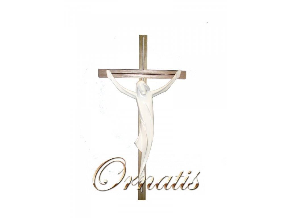 dřevěný vyřezávaný Ježíš na kříži
