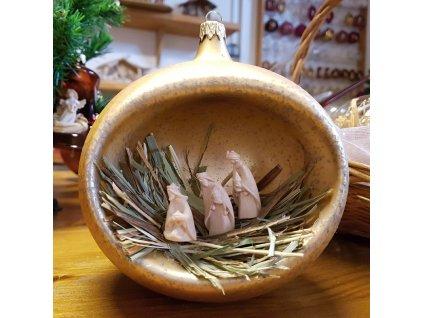 Skleněná vánoční ozdoba s dřevěným vyřezávaným betlémem  Dřevěný vyřezávaný betlém ve skleněné ručně vyráběné baňce