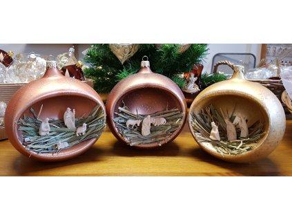 Set skleněných vánočních ozdob s dřevěným vyřezávaným betlémem  Dřevěný vyřezávaný betlém ve skleněné ručně vyráběné baňce