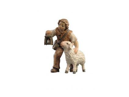 dřevěná soška chlapce do betlému