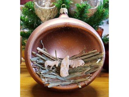 Szklana ozdoba bożonarodzeniowa z rzeźbioną w drewnie szopką
