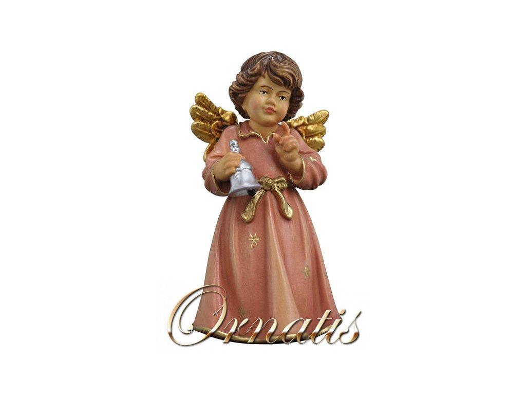 Drevený vyrezávaný anjel sa zvony