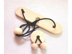 Dřevěný hlavolam uzel na desce