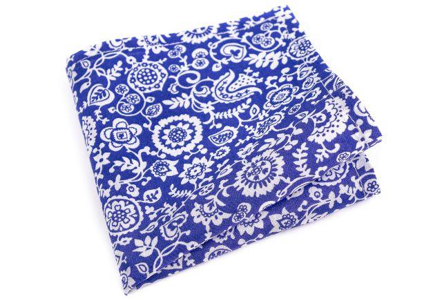 modry-kapesnicek-s-bilym-kvetinovym-vzorem-amir-min