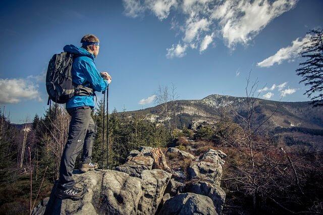 Jak się przygotować do pieszej wycieczki? Od bielizny termicznej po latarkę