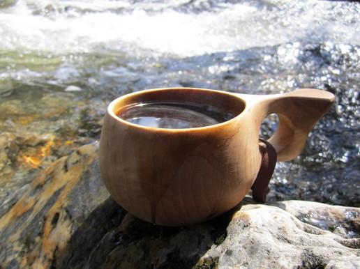 Vikingská severská kuksa. Dřevěná guksi s medovinou u potoka. PAGANIA.CZ - pohanský obchod