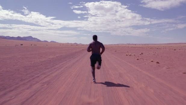 Hardcore barefoot běh v písečné poušti. Barefoot vytrvalostní fitness. Přírodní běh. PAGANIA.CZ - pohanský obchod