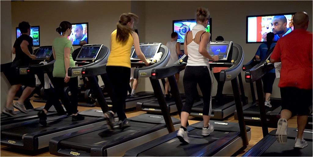 Obyčejní lidé ve fitku. Umělý trénink. Moderní fitness. PAGANIA.CZ - pohanský obchod