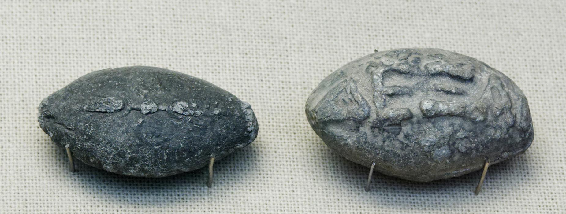 Římské střely do praků z kamene zdobené nápisy
