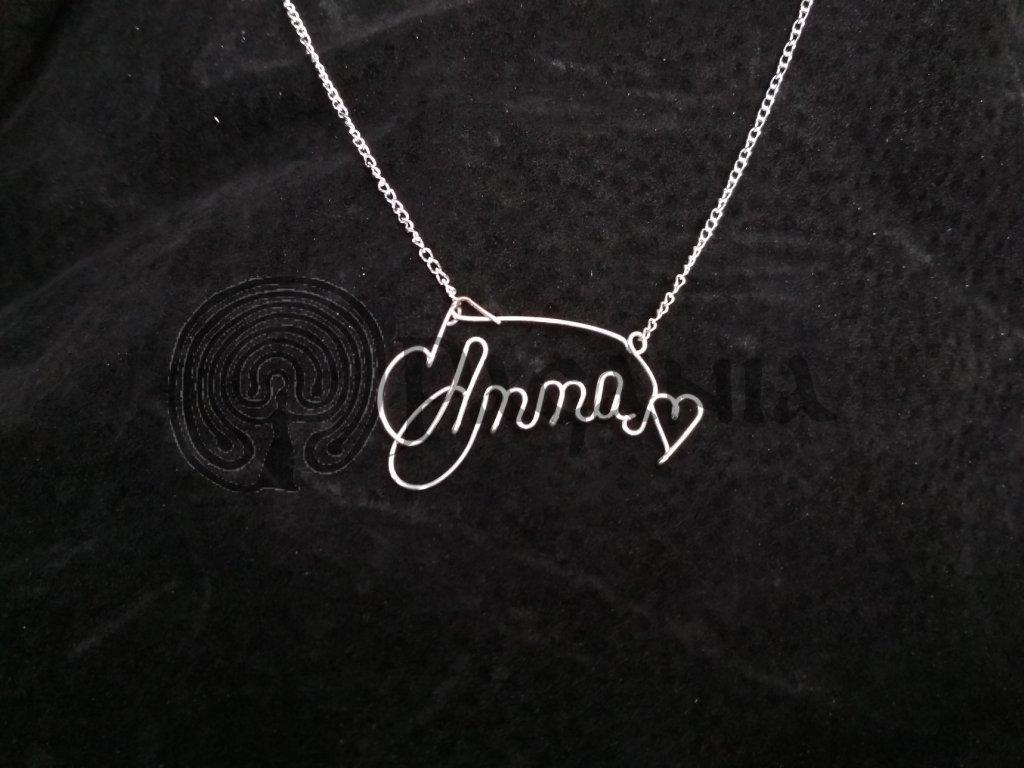 Stříbrný šperk s vybraným jménem.