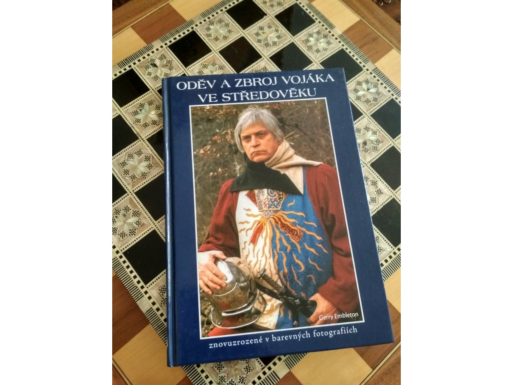 """Kniha """"Oděv a zbroj vojáka ve středověku"""". Kniha popisuje středověk z pohledu vojáků, bojovníků a válečníků cca 11. - 16. stol.n.l. Pagania Viking Workshops"""
