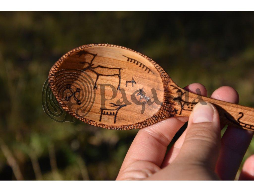 Vikingská dřevěná lžícezdobená motivy losů sobů Skandinávie
