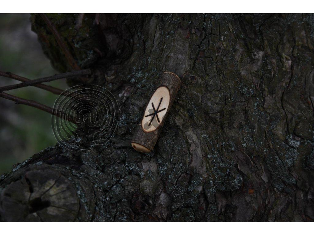 Vikingský amulet ze dřeva mladého dubu zdobený ručním výpalem se symbolem tzv. bind runes - vázaných runových znaků / sigilů. Určeno pro germány a vikingy. Použitelné pro období stěhování národů.  Význam: fyzická síla a odolnost