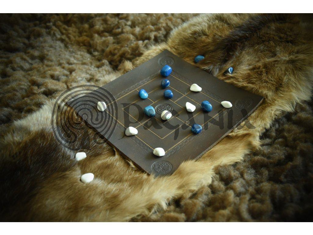 Keltská hra MLÝN pro 2 hráče vyrobená z hovězí kůže - ručně zdobena keltskými motivy. Luxusní verze je s polodrahokamy. Mlýn (též Nine man's Morris) je pestrá a strategická hra s hlubším významem a s původem ve starověku. Určeno pro kelty, anglosasy, pikty. Použitelné pro germánské kmeny.