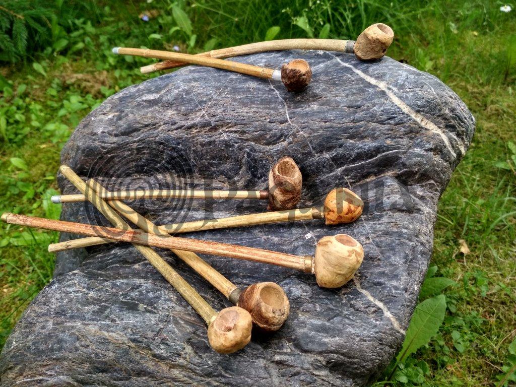 Menší dýmka je ručně vyrobena ze dřeva (dub, buk, habr). Určená pro pohanství a přírodní magii. Vhodná také pro vikingy, pikty, skoty, kelty, germány, slovany, dobu bronzovou a raný středověk.