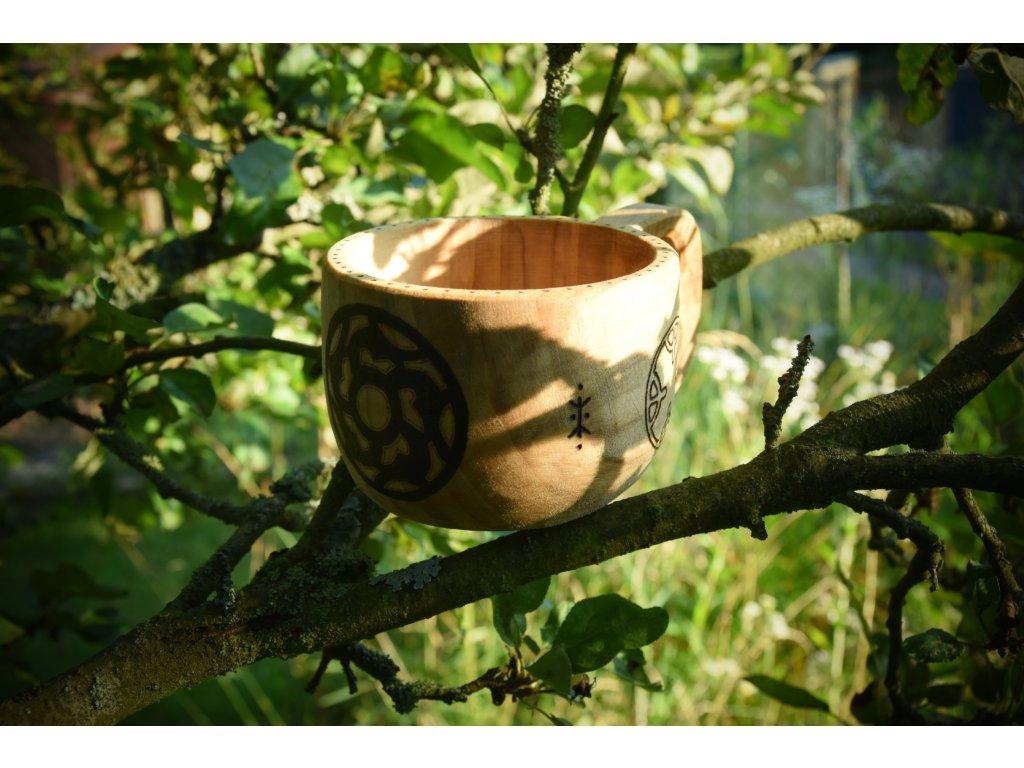 Kuksa je vyrobena z lipového dřeva, ošetřeno přírodním olejem. Ručně zdobeno výpalem se severskými motivy - štítů a 4 živlů z Haithabu cca 8-9. stol. Určeno pro vikingy a Skandinávii. Objem cca 0,3 l.