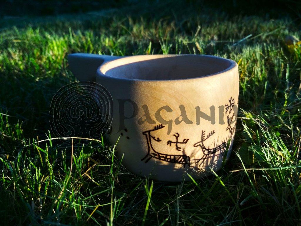Kuksa je vyrobena z lipového dřeva, ošetřeno přírodním voskem. Ručně zdobeno výpalem se severskými motivy. Určeno pro germány, vikingy a Skandinávii. Objem cca 0,2 l.