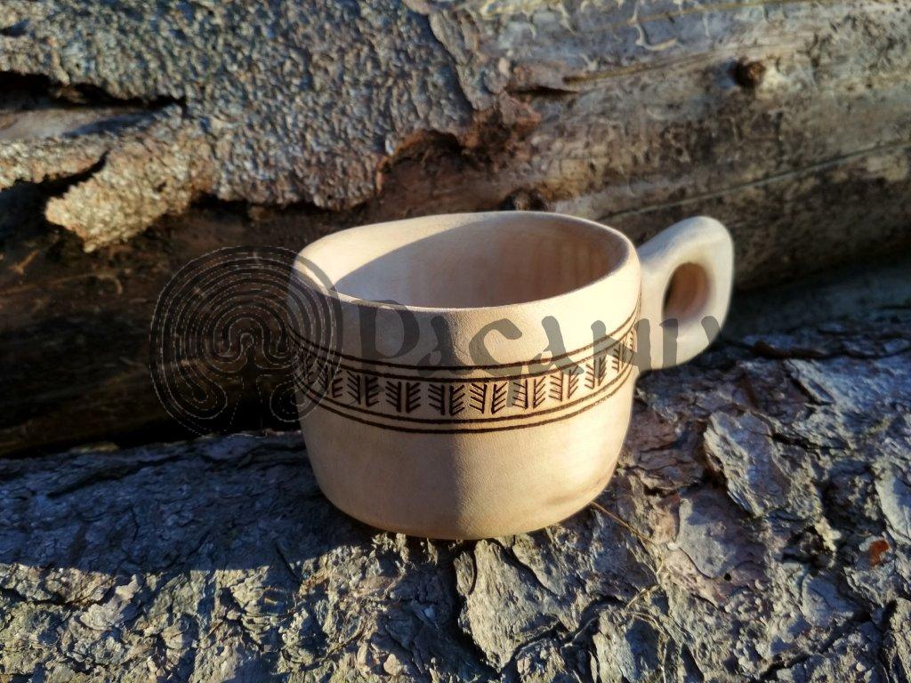 Kuksa je vyrobena z lipového dřeva, ošetřeno přírodním voskem. Ručně zdobeno výpalem se slovanskými motivy. Určeno pro slovany cca 10-12. stol. Použitelné pro vikingy a Skandinávii. Objem cca 0,2 l.