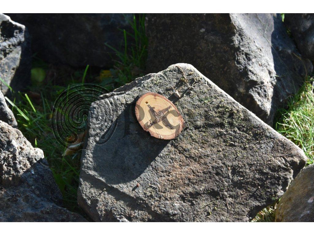 Keltský amulet z lipového dřeva určený pro kelty, iry a skoty. Přívěsek je zdoben symbolem bohyně Brigit (též Birgid, irsky Cros Bríde).