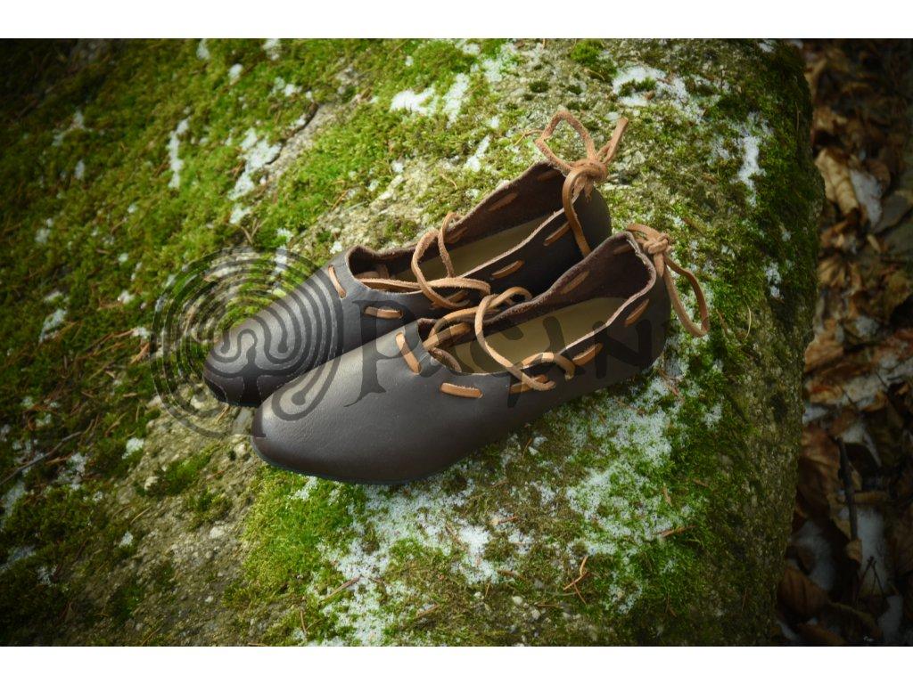 Dámské historické boty ručně vyrobené z hovězí kůže. Lehké historické střevíce. Barva přírodní - tmavohnědá. Určeno pro kelty, vikingy, germány a slovany. Použitelné pro celý raný středověk. Historické boty na tanec.