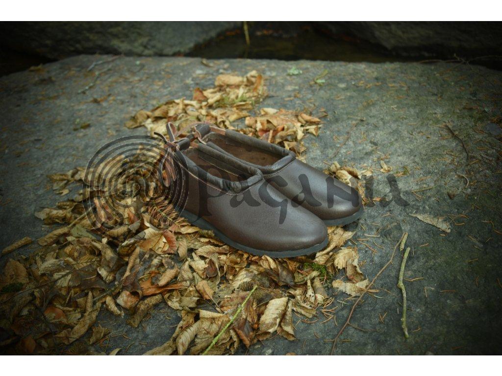 Historické táborové boty ručně vyrobené z hovězí kůže. Lehké nízké boty. Barva přírodní - tmavohnědá. Určeno pro kelty, vikingy, germány a slovany. Použitelné pro celý raný středověk.