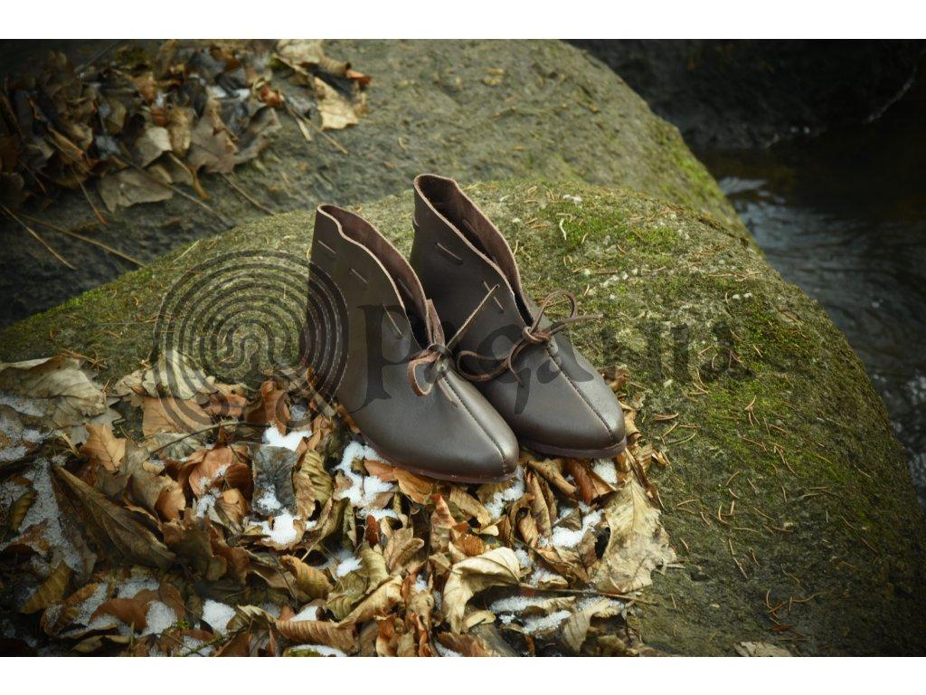 Nízké raně středověké boty ručně vyrobené z hovězí kůže. Barva přírodní - tmavohnědá. Určeno pro raný středověk - pro vikingy, germány, anglosasy, kelty a slovany.