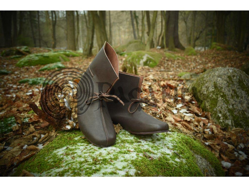 Vikingské námořnické boty ručně vyrobené z hovězí kůže. Barva přírodní - tmavohnědá. Určeno pro vikingy, germány a oblast Skandinávie a Pobaltí. Použitelné pro anglosasy.
