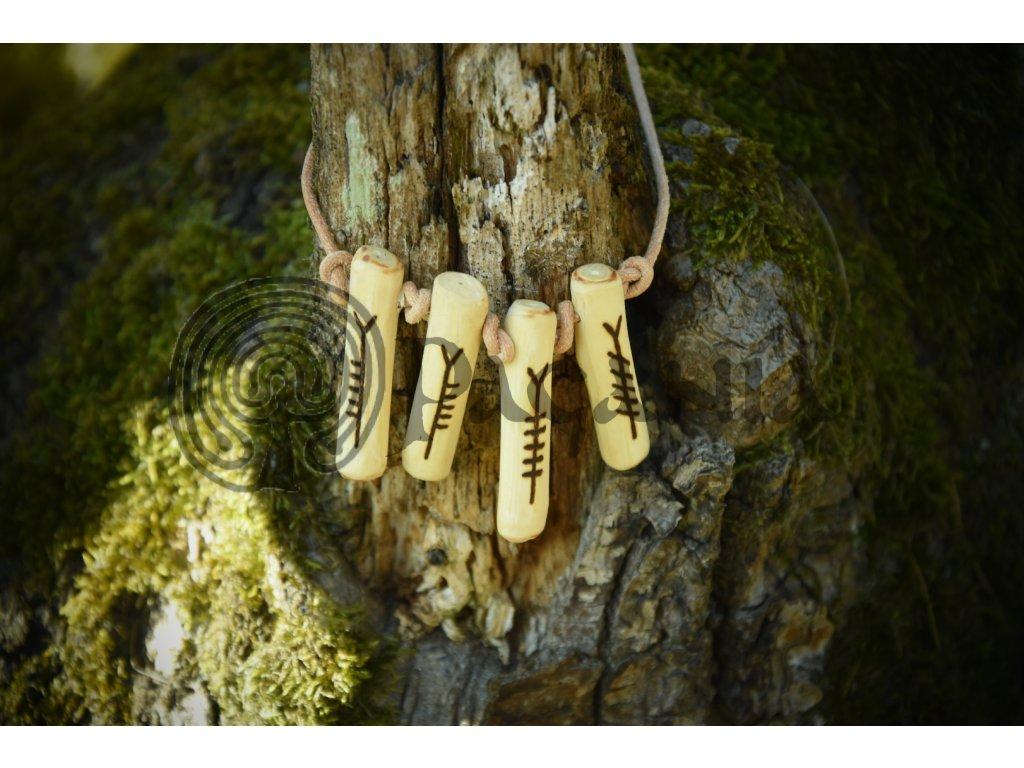 Keltský amulet ze dřeva jabloně, zdobený ručním výpalem, v podobě čtyř oghamových rodin - aicme. Ošetřeno přírodním olejem. Určeno pro kelty a druidy. Použitelné pro anglosasy a pikt