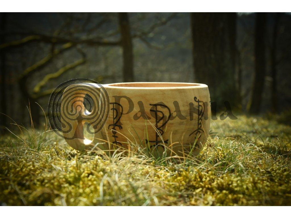 Kuksa z lipového dřeva zdobená runovými symboly bohů starého Islandu motivy o objemu cca 0,3 l. Ručně zdobená Kuksa (zvaná též Guksi či Kåsa).