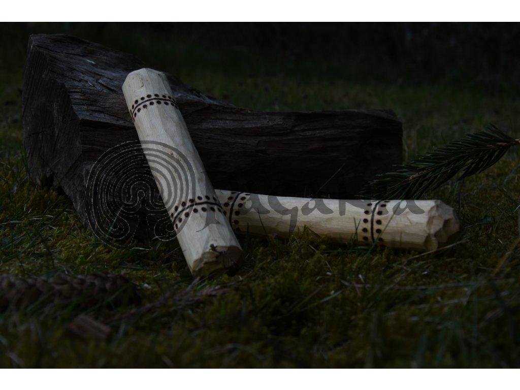 Dřevěné knusary pro trénink zápěstí. Ručně zdobeno výpalem s vikingskými motivy. Opracováno nožem a sekerou pro lepší úchop, povrch manuálně zahlazen. Vhodná pro vikingy, kelty, germány, slovany a raný středověk. Určeno pro trénink s vahou vlastního těla s důrazem na zápěstí a předloktí.